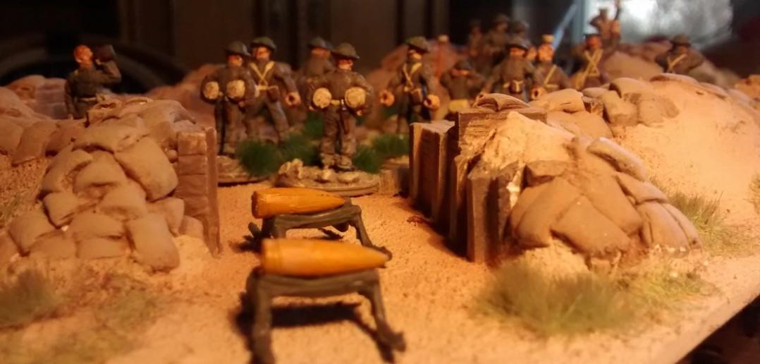 Die Granaten der Mark XIX warten auf Abholung für den nächsten Feuerschlag