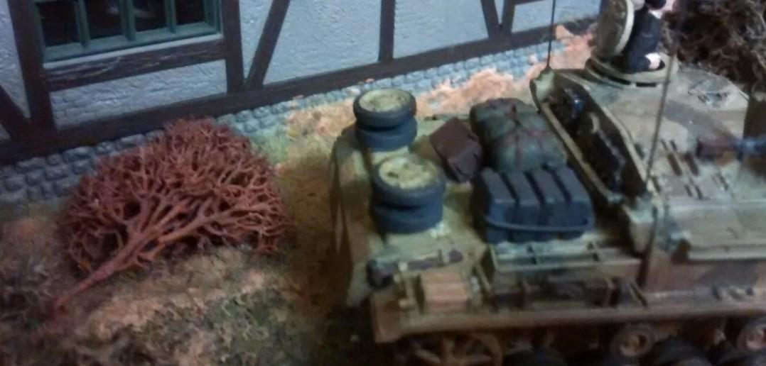 Dieses Sturmgeschütz steht dicht am Lokschuppen.