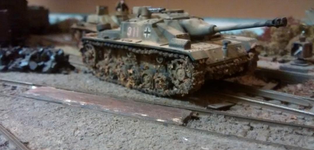 Hier sieht man die Verschmutzung des Sturmgeschützes durch Farbpigmente. Dies soll die Verschmutzung durch Schlamm bei der Geländefahrt andeuten. Naja, sauber habe ich es lieber. Und nach dem Gefecht wurden die Panzer damals auch sicher geputzt.