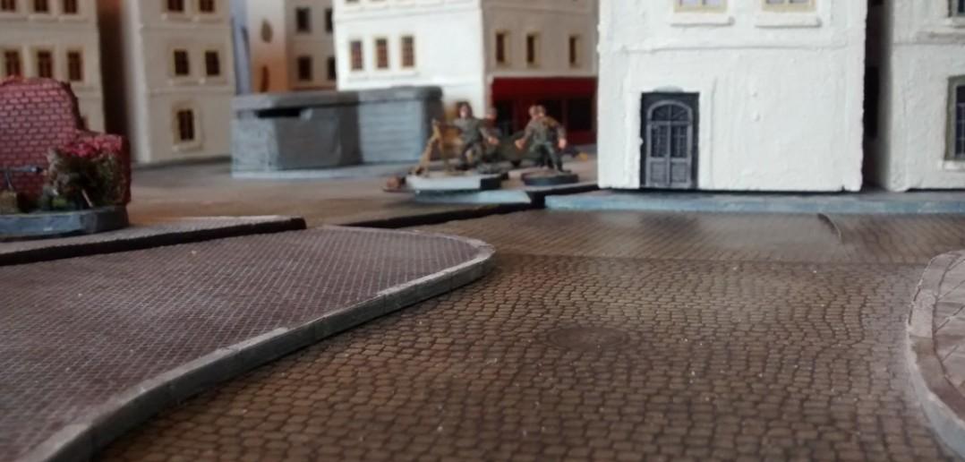 Ein deutscher 10er-Trupp wird zur Verstärkung des 5-cm-Pak-Bunkers eingesetzt. MG und schwerer Mörser sind vorhanden. Dazu kommt noch ein Kübelwagen mit auflafettiertem Flieger-MG.