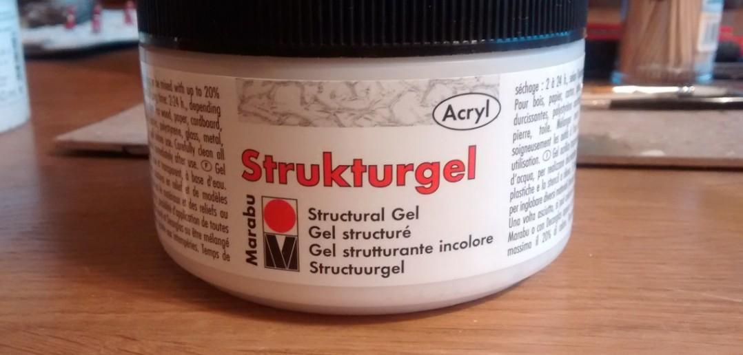 Das Marabu Acryl-Strukturgel zum Nivellieren der etwas unruhigen Oberfläche.