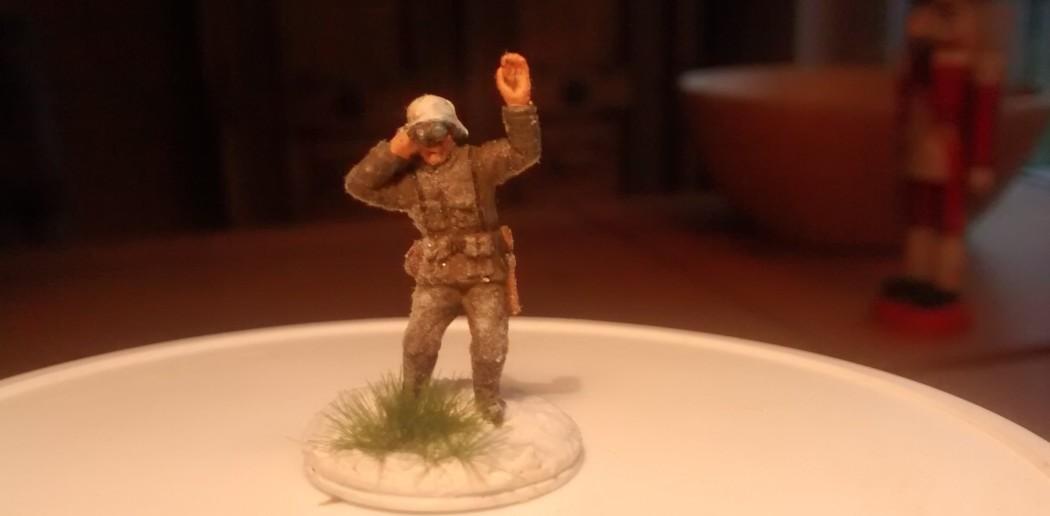 """Der Artilleriebeobachter (aus dem Set """"Deutsche Infanterie"""" von MATCHBOX) mit Grasbüschel von MiniNatur und dem Pulverschnee von NOCH."""