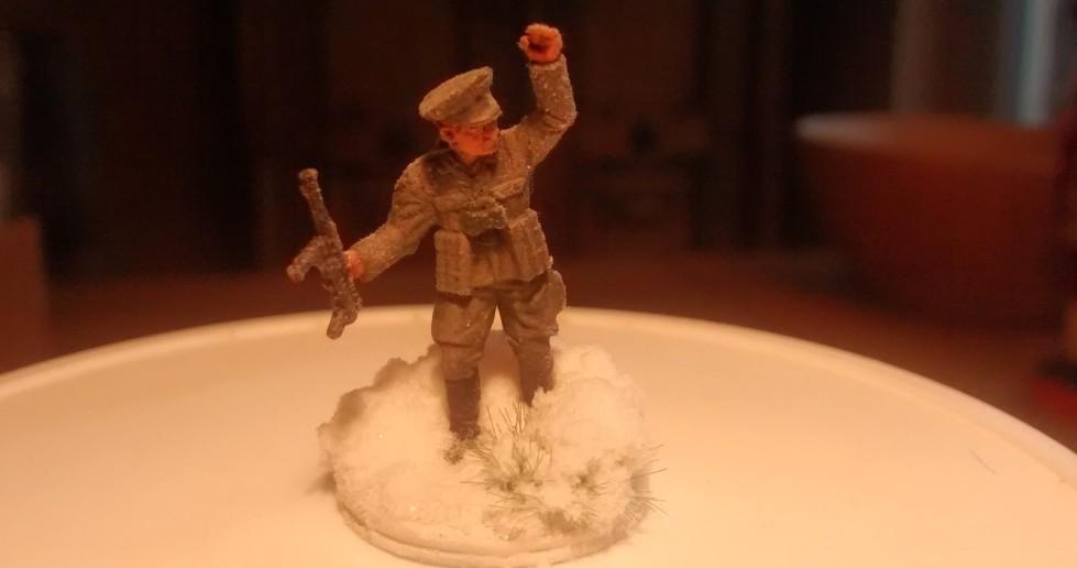 Der Infanterie-Offizier mit stärker eingeschneiter Base. Das Grasbüschel von MiniNatur ist nicht mehr wirklich sichtbar.