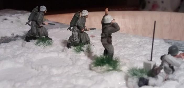 Zwei Flammenwerfer-Schützen mit Offz.