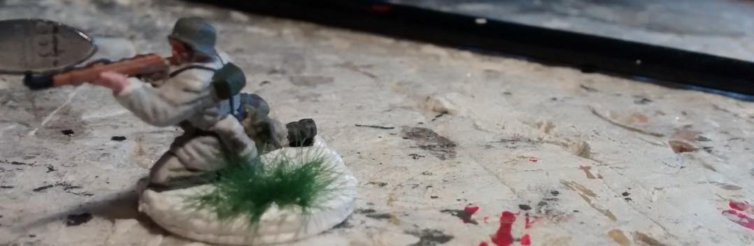 Das Grasbüschel von MiniNatur wird mit Ponal auf der Base fixiert.