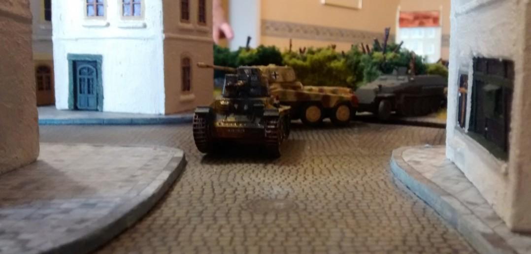 Im Hinterland wurden gepanzerte Einheiten alarmiert. Eine Aufklärungsabteilung und eine leichte Panzerabteilung machen sich auf den Weg - und erreichen endlich die Stadtgrenze von Saint-Aubin-Sur-Mer. Der Gefechtslärm dringt bis hierhin vor.
