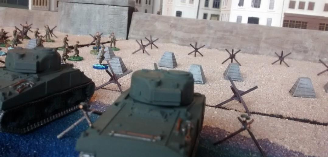 Unermüdlich aber auch ebenso erfolglos beharken die beiden Sherman-Tanks den Pak-Bunker.