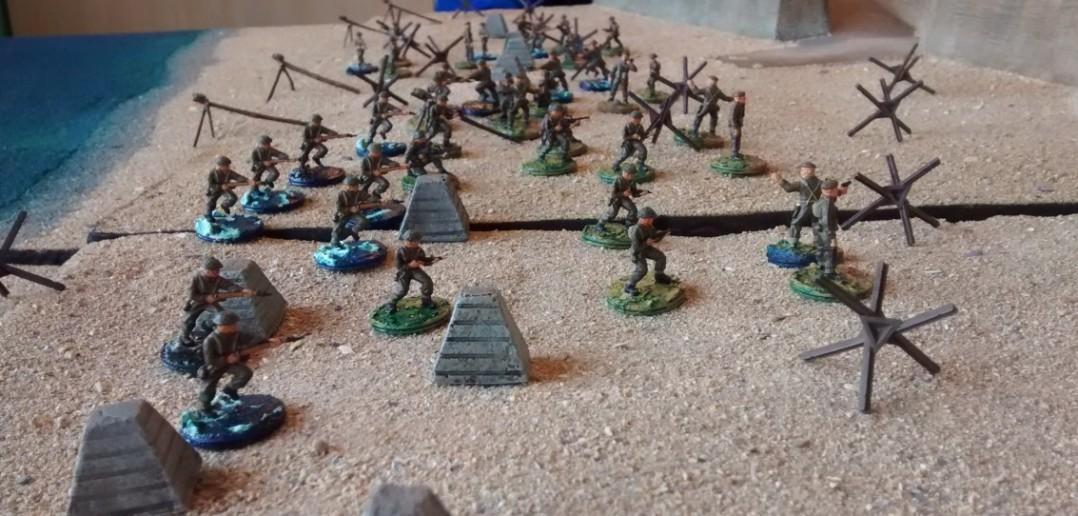 Endlich nahe genug an der Strandmauer angekommen, nehmen die kanadischen Infanteristen die Verteidiger unter Feuer.
