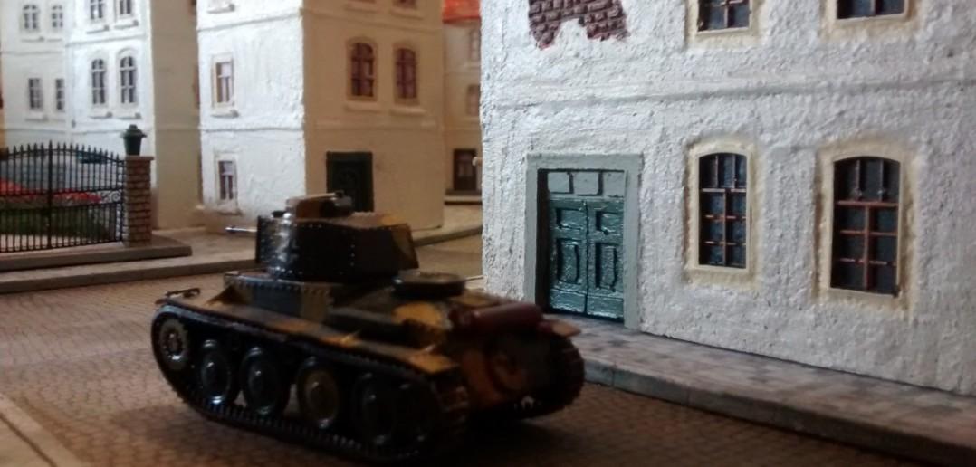 Der Panzer 38(t) auf dem Weg durch das Labyrinth der Gässchen und Gassen. Saint-Aubin-Sur-Mer ist eben ein alter Badeort, der noch keine moderne Verkehrsplanung kannte.
