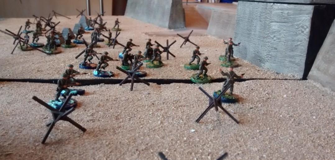 Die kanadische 9. Infanterie-Brigade kämpft sich bis zur Strandmauer vor.