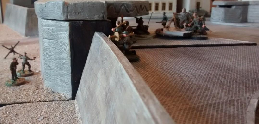 Die deutschen Verteidiger nehmen die Schörmis unter Feuer. Panzerfaust und Panzerschreck entfalten auf diese Entfernung ihre Wirkung.