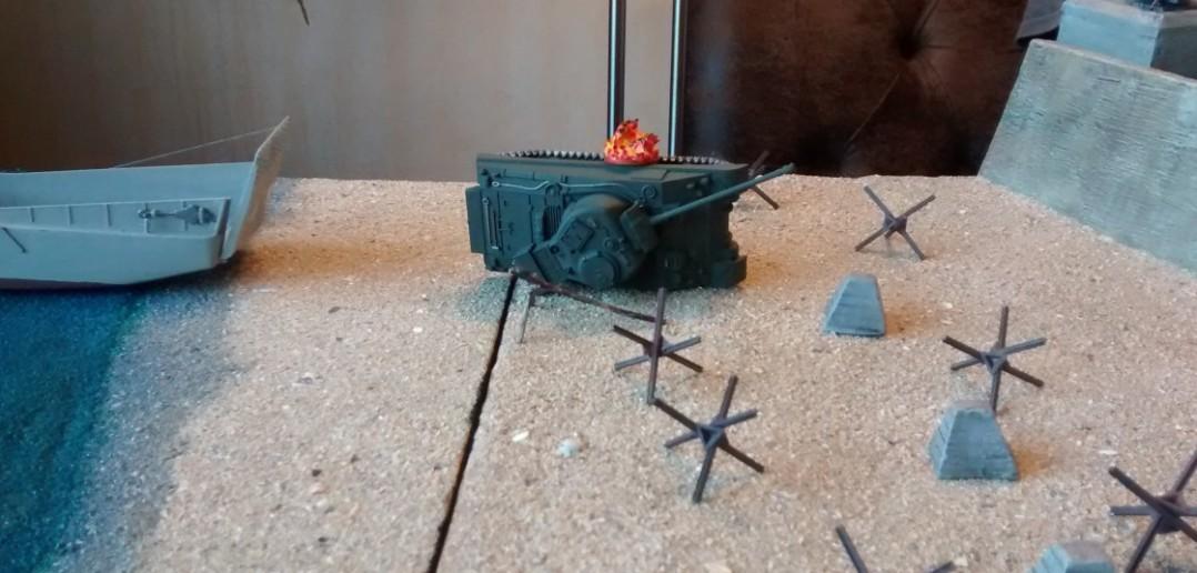 Ein Artillerieschlag der Marine-Küstenbatterie fegt den Schörmi hinweg.