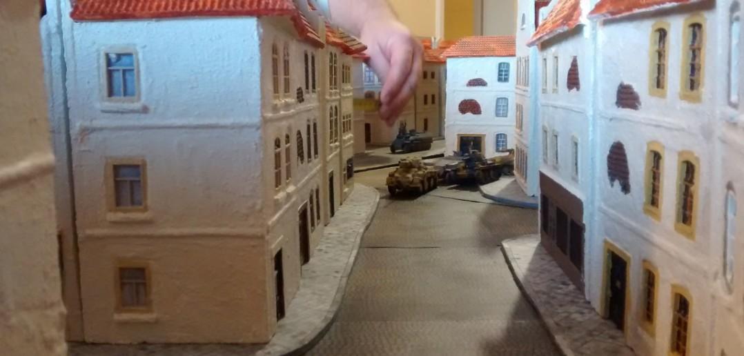 Ein Pulk dreht ein und schwenkt ins Hafenviertel, in dem sich die Spieler Klotzpanzer und Sturmi tummeln.