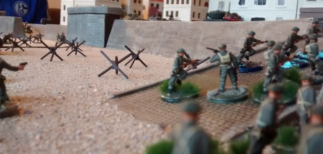 Die kanadischen Infanteristen nehmen die rechte Rampe zur Stadt. Damit gewinnen sie auch eine Sichtlinie zu allen deutschen Stellungen und Einheiten. Eine fatale Entwicklung, wie sich herausstellen sollte.