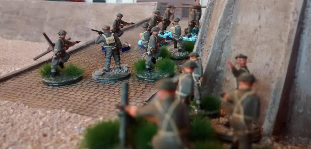 """Mit von der Partie """"The Queen's Own Mörserleins"""". Mit den stürmenden Infanteristen kommt gleich die Artillerie des kleinen Mannes nach. Dies wurde von den deutschen Spielern völlig unterschätzt. Gerade von der Rampenseite sollten viele folgenschwere Treffer platziert werden."""