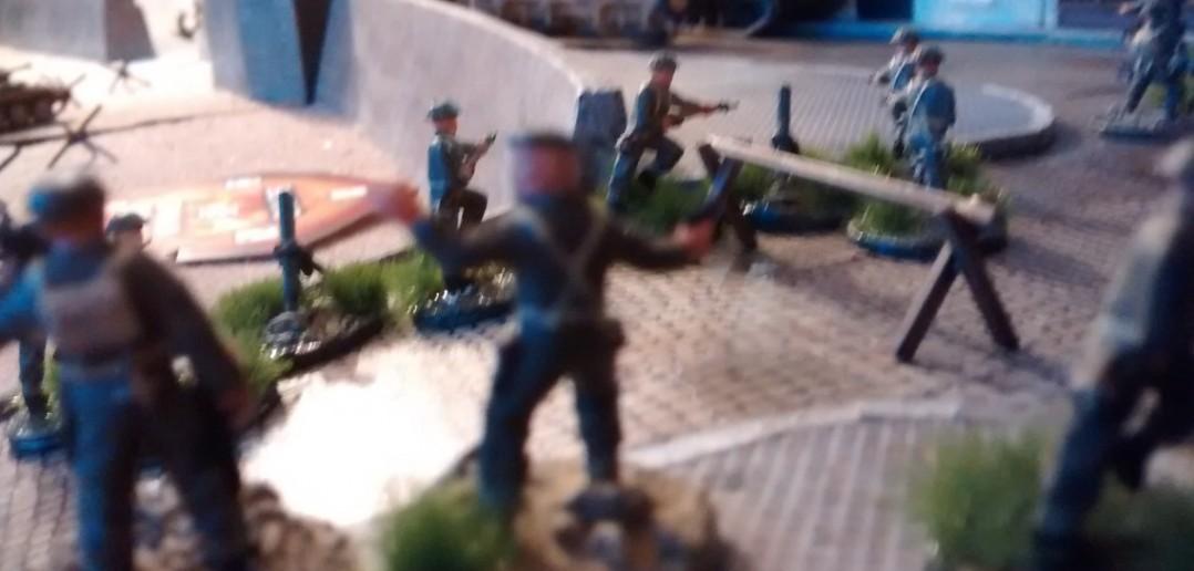 Auch die Combat-Support-Einheiten erreichen die Altstadt. Die deutschen Stellungen sind in Feuerreichweite. Man geht in Stellung. Der Tanz kann beginnen.