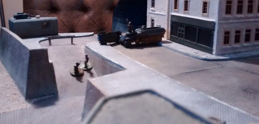 Der notleidende linke Flügel des Angriffs. Auch nach Ausschalten des Panzerturms auf dem Bunker geht es nur zäh voran.