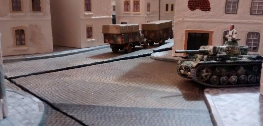Und wieder rauschen die drei Lkw ab um weitere Trupps an die Front zuholen. Der Flammpanzer III soll sich der verbissen kämpfenden kanadischen Infanterie annehmen.