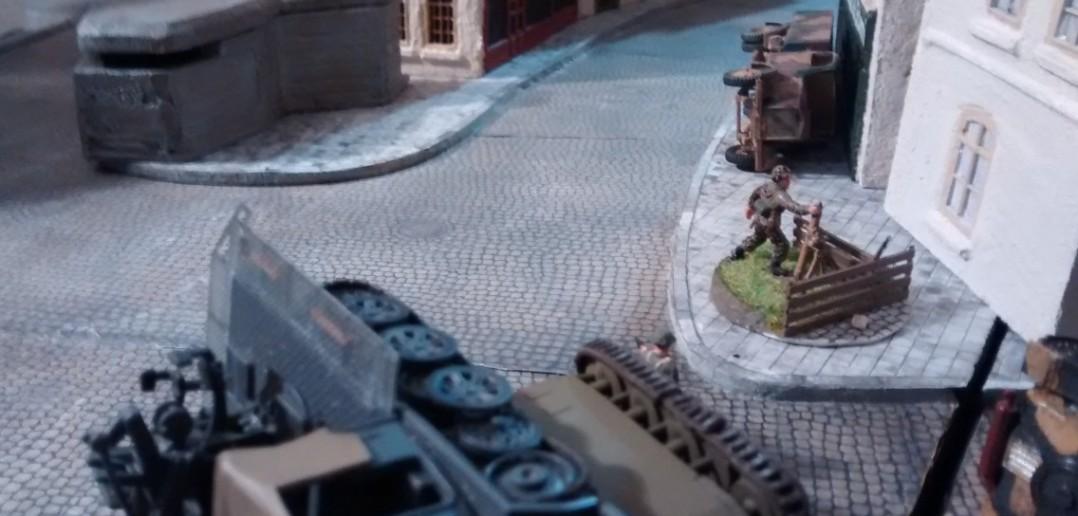 Zwei herrenlose deutsche Mörser stehen in Ortsmitte. Auf kanadischer Seite fühlt man sich berufen, die Vollwaisen in Obhut zu nehmen.