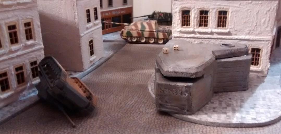 Der Jagdpanther und das Nashorn kümmern sich um einen vorwitzigen kanadischen Infanterietrupp auf der linken Flanke. Schon bemerkt? Die deutschen Panzers stehen jetzt weiter in der Innenstadt als noch kürzlich. Ja, die Kanadier haben Boden gut gemacht.