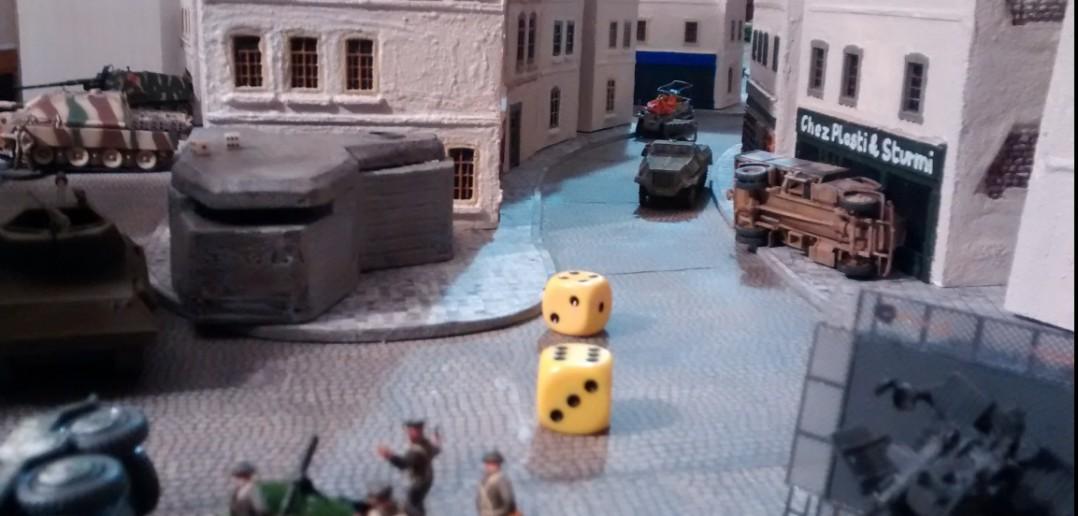 Aufregung: plötzlich erscheint der Panzerwerfer auf der Bildfläche und wirft mit ... - NEIN , er wirft mit 8 W6, trifft ein wenig und wird so dann beharkt und sammelt gleich mal seinen ersten Treffer ein.
