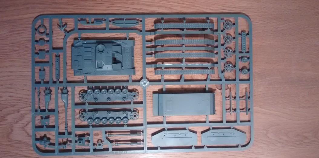 Die Vorderseite des einzigen Gussastes des PSC-Bausatz StuG III