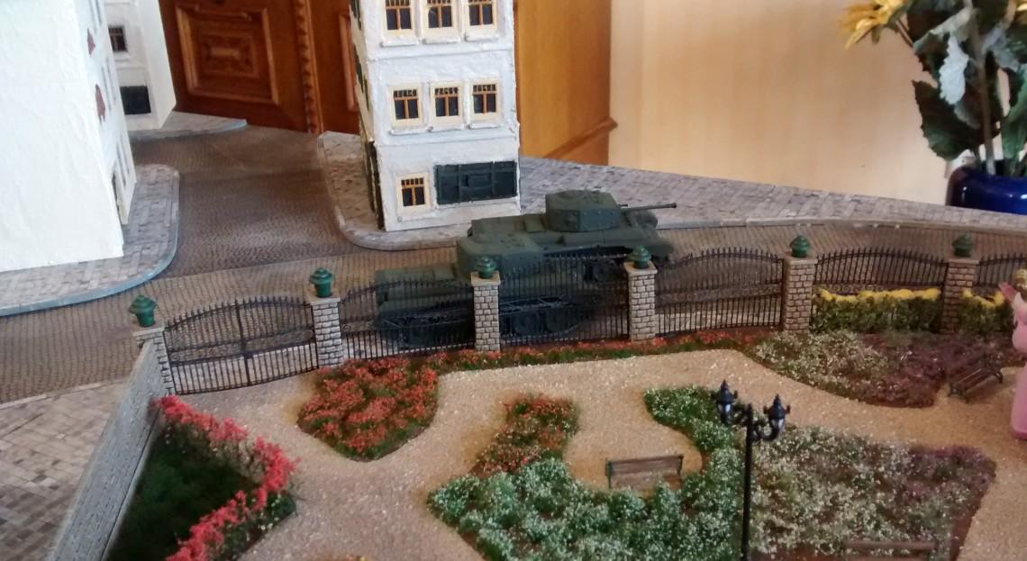 Die beiden Cromwell ziehen am Rosengarten vorbei.