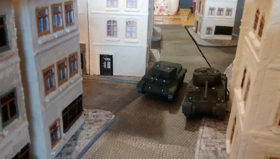 Die zweite Gruppe aus Sherman Firefly und Cromwell ziehen auf dem geraden Weg zur Stadtmitte.