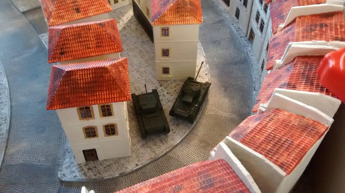Der Sherman Foirefly und der Cromwell des zweiten Trupps beziehen Stellung, statt in der Seitenstraße weiter vorzudringen.
