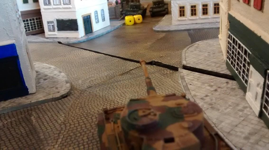 Der Tiger zieht weiter vor, erreicht die Stadtmitte und eröffnet das Gefecht mit den beiden Cromwells.