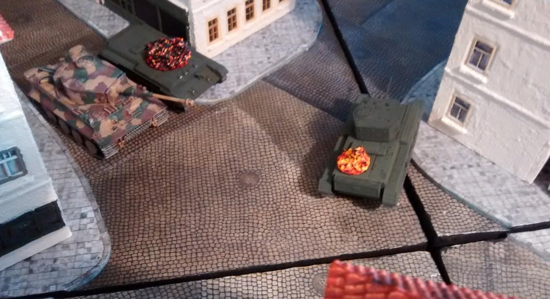 Der Tiger zieht sich in die Seitenstraße zurück, aus der die beiden Cromwells kamen.
