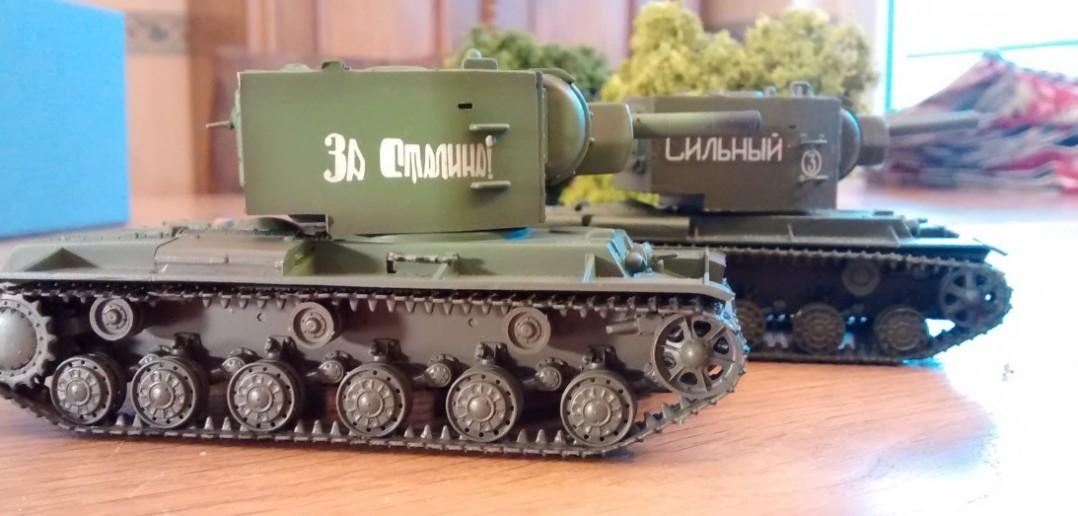 Die beiden KV-2 zeichnen sich durch eine starke panzerung und eine Stärke-4-Waffe mit Bonus aus.