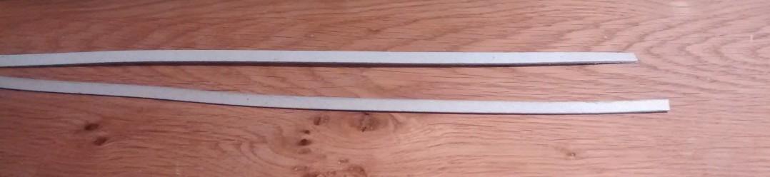 Zwei der 5-mm-Pappstreifen.