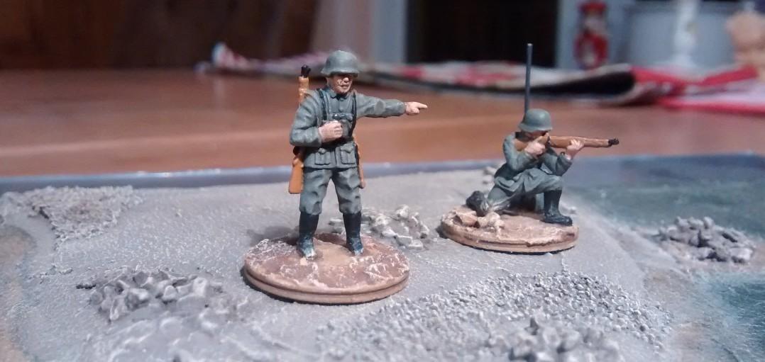 Der Offizier und der Funker mit der selbstgefertigten Funkausstattung.