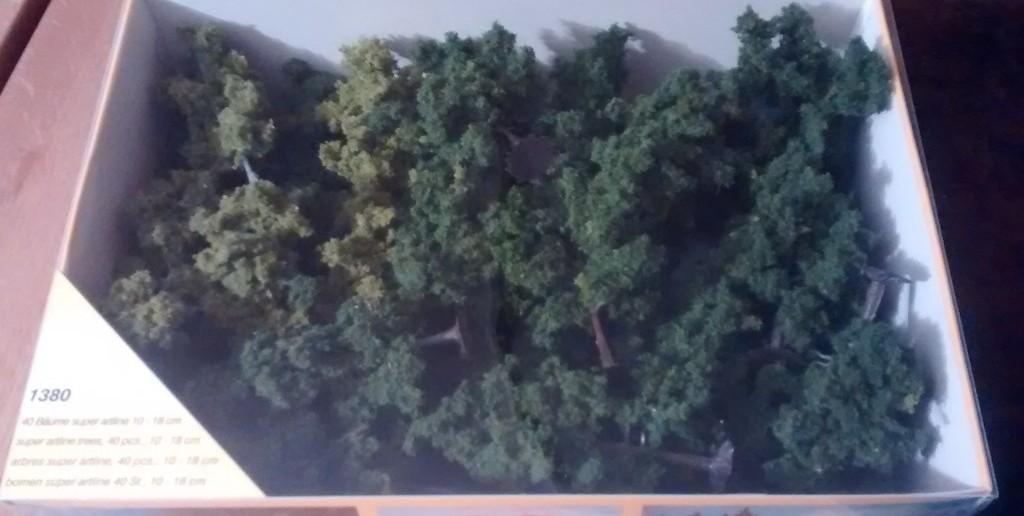 Heki 1380: 40 Bäume super artline 10 - 18 cm: auf den ersten Blick wirkt es wie eine zwei-farbig-grüne Masse... einzelne Bäume noch nicht zu identifizieren.