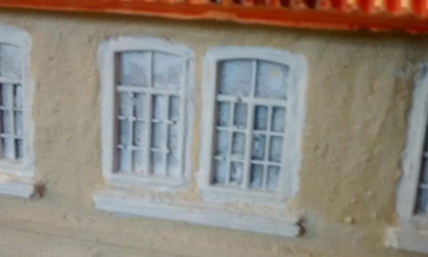 Genauer: hinter diesen Fenstern.