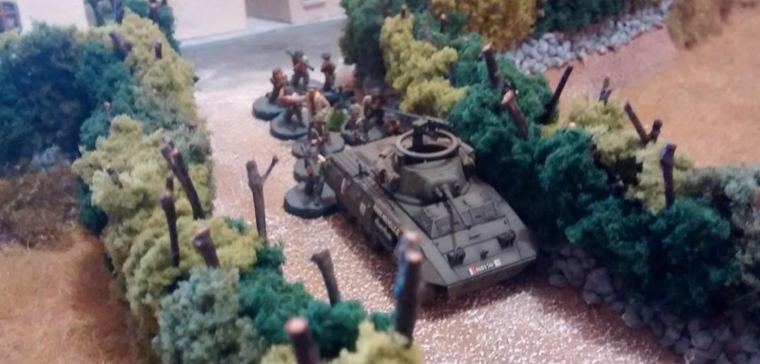 Der erste Trupp der Kanadier zieht vor. Hinter dem M8 Greyhound formiert sich der 10er-Trupp.