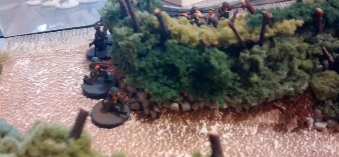 Der kanadische zweite Trupp rückt ohne Panzerunterstützung vor.