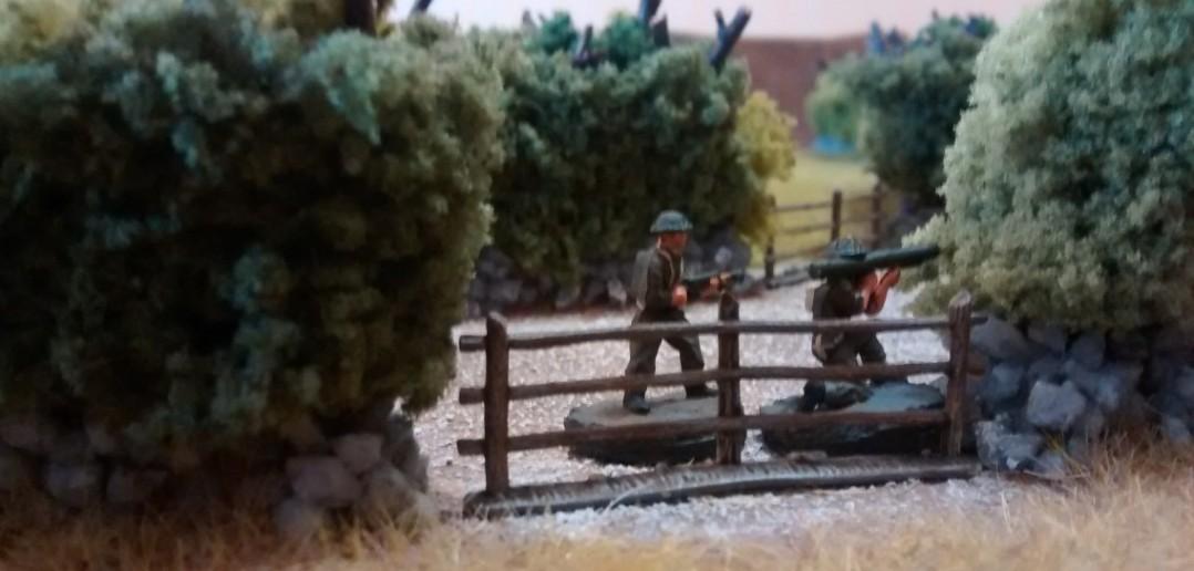 Bazooka und Flammenwerfer gehen am Wegesrand in Stellung.