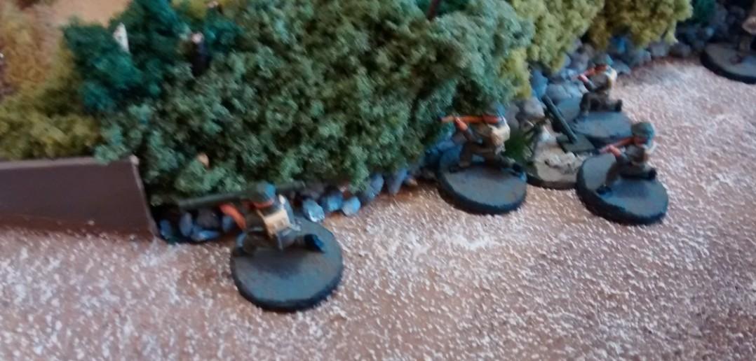 Ein kanadischer Bazooka-Schütze nimmt den Kampf auf.
