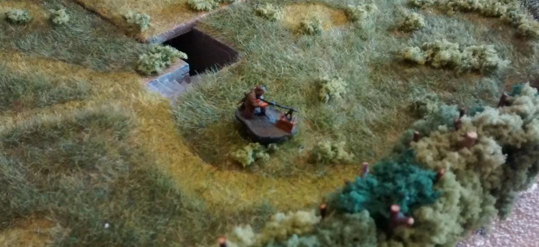 Der Trupp im Tobruk-Bunker bereitet sich auf den heraufziehenden Kampf vor. Der zweite MG-Schütze bezieht außerhalb Stellung, um zusätzlichen Beschuss der nahenden Kanadier ausführen zu können.