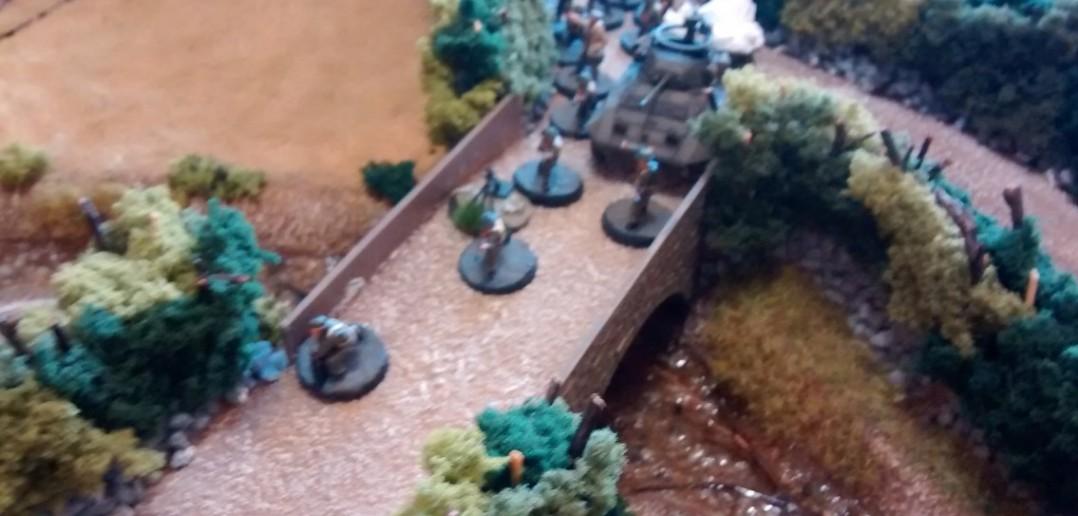 Die Kanadier passieren den M8 Greyhound und überqueren die Brücke über den Bach.