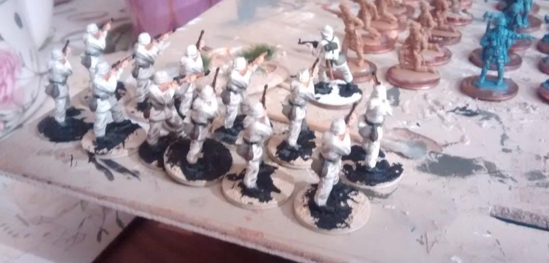 Die schon ziemlich vollendeten Panzergrenadiere - und im Hintergrund die spontan zur Einkleidung eingeladenen Matchbox-Grenadiere und -Afrikakörpsler.