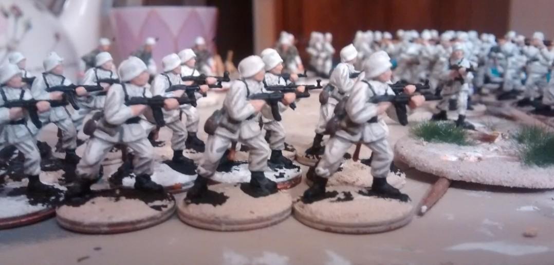 Die winterlichen Panzergrenadiere mit aufgebrachter Grau-Lasur. Wirkt schon ein wenig wie Falten und Schatten.