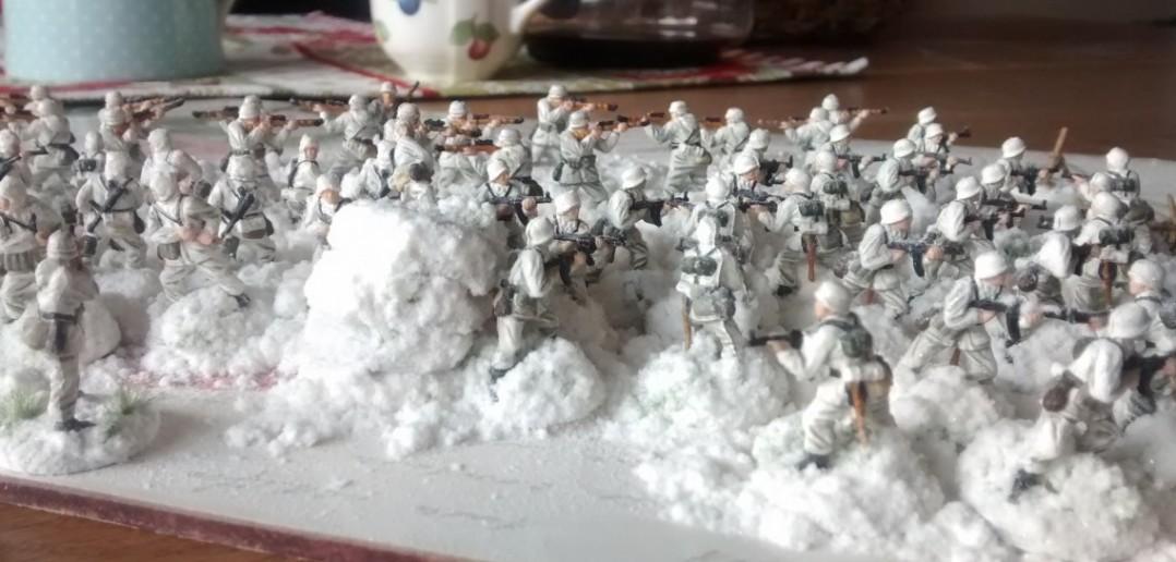 Hier ist die Base-Gestaltung bereits abgeschlossen und die Truppe ist in ein fettes NOCH-Schneegstöber heüllt.
