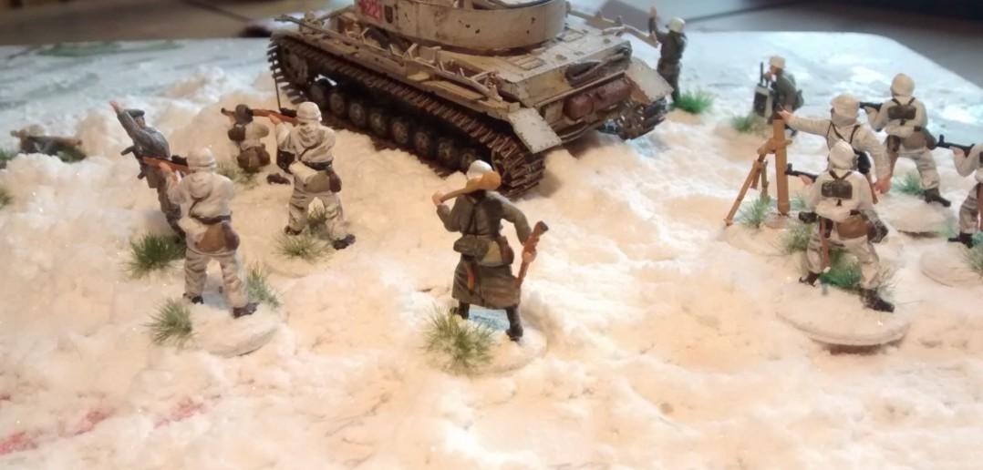 Die Herren Panzergrenadiere Im Übungs-Einsatz. Ein Pz IV  mit Ost-Ketten vom Panzer-Regiment 36 ist auch mit von der Partie.