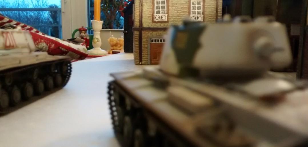 Die Kolonne der KV-1-Panzer ist langsam, kann jedoch dem Feuer des KV-2 viel Panzerung entgegen setzen.