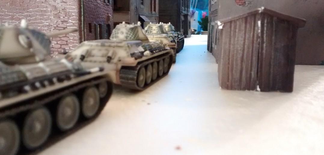Die andere Kolonne der T-34/76 ist mit vier Fahrzeugen wohl kaum zu stoppen. Oder doch?
