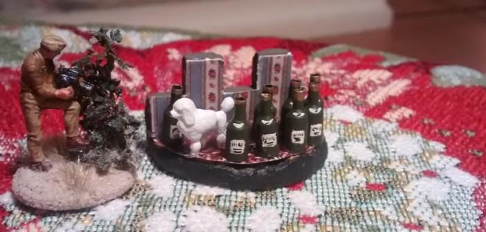Ob der Schampus auf Château Tailleville in Strömen floss, weiß man nicht. Hier jedenfalls räkelt sich der Pudel der Comtesse zwischen den teils bereits geleerten Schampus-Flaschen. Hauptmann Alsdruf sichert Beweismittel.
