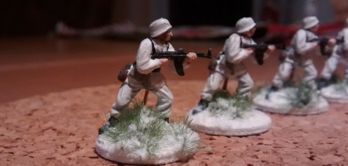Die Panzergrenadiere in Winterbekleidung. Die erhabenen Stellen wurden einem gezielten Aufhellen mit weißer Farbe unterzogen.